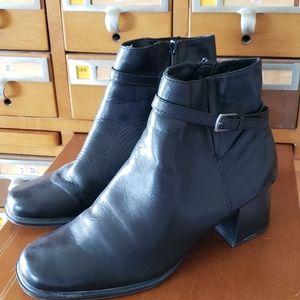 Pesaro black leather bootie